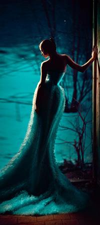 Аватар вконтакте Девушка в длинном платье стоит у окна, за которым видна покрытая снегом земля и деревья