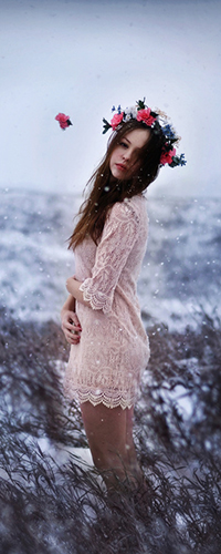 Аватар вконтакте Девушка с венком из цветов на голове стоит в снежном поле
