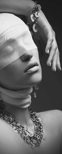 99px.ru аватар Девушка с украшениями на шее и руке с забинтованными глазами, модель Kristina Gunther
