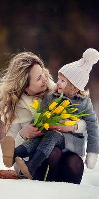 Аватар вконтакте Улыбающаяся светловолосая мама, держащая на своих коленях дочь и букет весенних, желтых тюльпанов, фотограф Фаина Рожкова