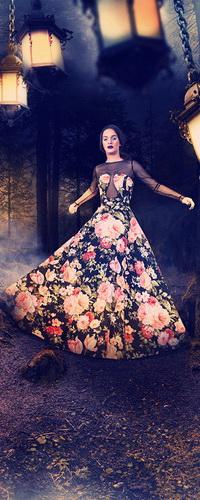 Аватар вконтакте Черноволосая девушка в длинном цветастом сарафане, идущая по лесной тропинке на фоне горящих фонарей, висящих на металлических цепях
