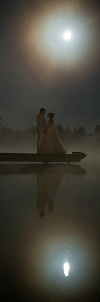 Аватар вконтакте Молодожены, держась за руки стоят на деревянном мостике на озере на фоне ночного неба и ярко светящейся луны