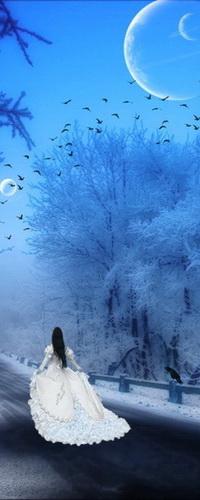 Аватар вконтакте Черноволосая, стройная девушка в длинном белом платье, идущая по дороге с обочинами, покрытыми снегом, с сидящей на столбике ограждения вороной на фоне вечернего небосклона, парада планет и парящих в воздухе птиц