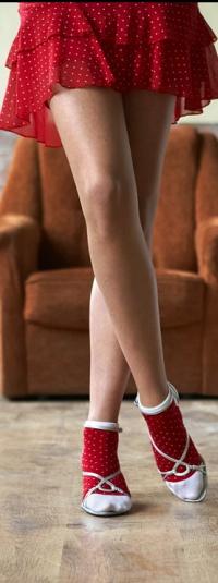 Девушка в носочках показывает ножки фото картинки — photo 4