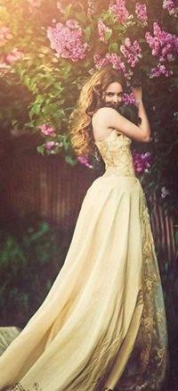 628dfffeee5 Аватар вконтакте Девушка в длинном платье стоит у веток сирени ...