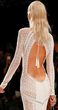 Аватар вконтакте Блондинка в белом платье с вырезом на спине