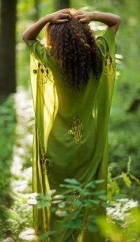 Аватар вконтакте Девушка в зеленой тунике посреди леса
