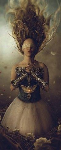 Аватар вконтакте Девушка с завязанными глазами и взлетающими вверх волосами держит в руках крест с крыльями, by Carlos-Quevedo