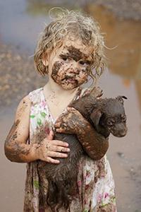 Аватар вконтакте Девочка держит на руках грязного щенка, работа Muddy love, by Catherine Atkins