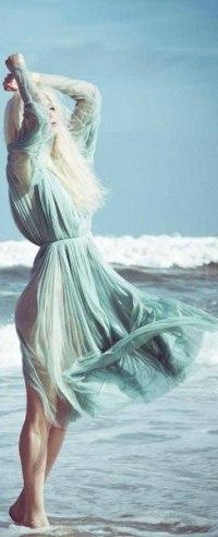Девушка в воздушном платье белом