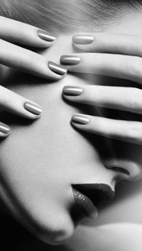 Аватар вконтакте Девушка держит руки на лице