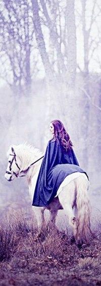 Аватар вконтакте Девушка верхом на лошади в туманном лесу