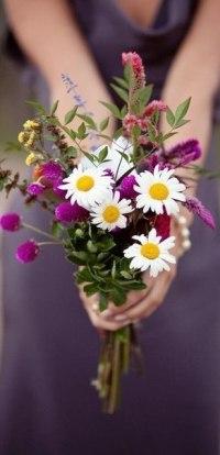 99px.ru аватар Девушка протягивает букет цветов