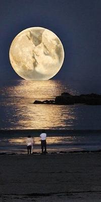 Аватар вконтакте Девушка и мужчина стоят на песчаном берегу моря, смотрят на полную луну. где отражается образ целующихся влюбленных