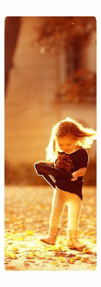 Аватар вконтакте Девочка приподняла платье, фрагмент работы фотографа Карнеевой Елены