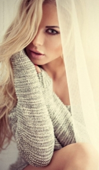 Аватар вконтакте Блондинка сидит за гардиной, by zieniu