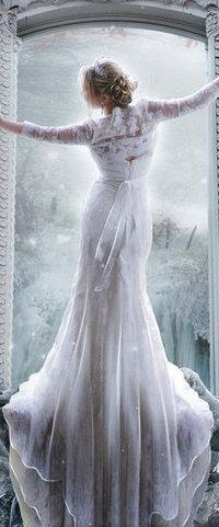 99px.ru аватар Девушка в светлом платье стоит на подоконнике на фоне зимнего пейзажа