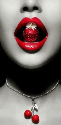 Аватар вконтакте Девушка с украшениями на шее и во рту в виде ягод