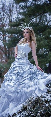 1b6c2e2c1ff Аватар вконтакте Девушка в длинном платье и короне в зимнем лесу ...