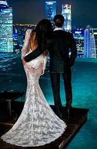 Аватар вконтакте Мужчина и девушка стоят на причале лицом к городу в огнях