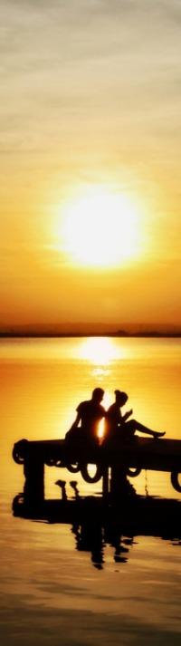 Аватар вконтакте Влюбленные сидят на причале на фоне заката