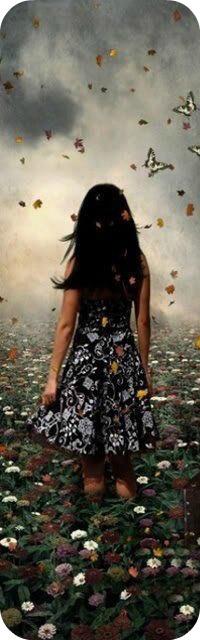 Аватар вконтакте Девушка стоит в поле цветов в окружении бабочек