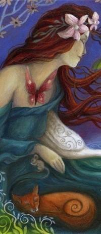 Аватар вконтакте Девушка с цветами в волосах, бабочкой на шее и спящими рядом котом и мышкой