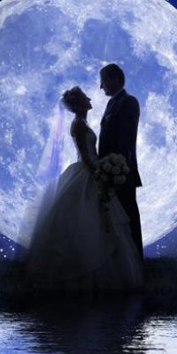 Аватар вконтакте Жених и невеста стоят у воды, на фоне полной луны