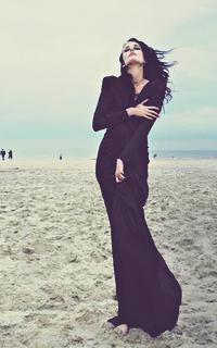 Девушка в чёрном платье на аву
