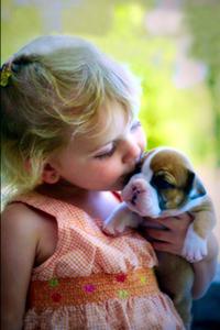 Аватар вконтакте Девочка держит на руке щенка и что-то шепчет ему