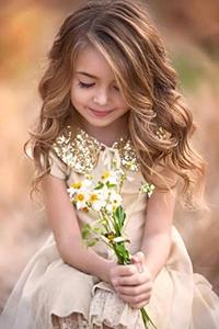 Аватар вконтакте Девочка, мило улыбаясь, держит в руках букет ромашек