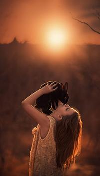 Аватар вконтакте Девушка с черным кроликом на руках, фотограф Джейк Олсон / Jake Olson