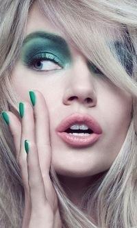 Аватар вконтакте Блондинка с зеленым макияжем и маникюром