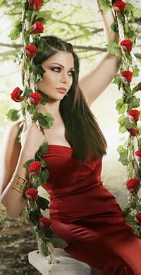Аватар вконтакте Хайфа Вэхбэ в красном платье на качели с обвитыми красными розами веревками / Haifa Wehbe - ливанская актриса и певица