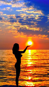 Фото девушки в ладонях с солнцем