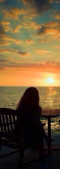 Фото девушка смотрит на закат