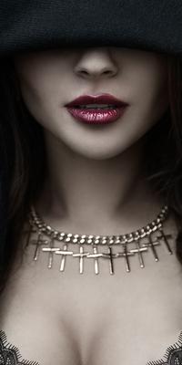 Аватар вконтакте Девушка в черном плаще с капюшоном и ожерельем на шее