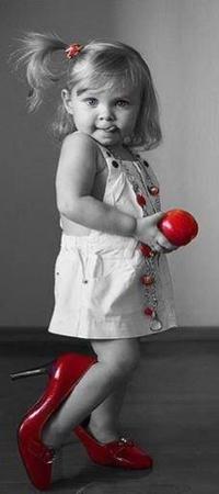 Аватар вконтакте Девочка с яблоком в руке в ярких бусах и красных маминых туфлях
