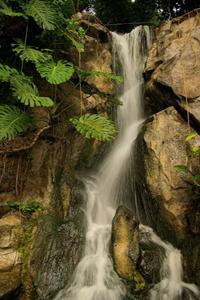 Аватар вконтакте Красивый водопад стекает с гор среди зелени