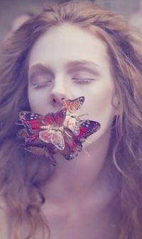 Аватар вконтакте Девушка с бабочками на лице