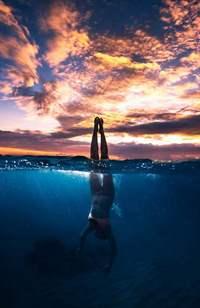 Аватар вконтакте Ныряющая девушка на фоне закатного неба