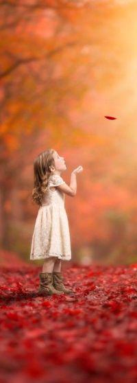 Аватар вконтакте Девочка смотрит на падающий осенний листок