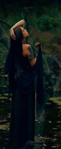 Брюнетка в длинном платье на аву