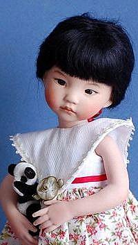 Аватар вконтакте Девочка кукла восточной наружности, стоит с игрушечными зверьками в руках