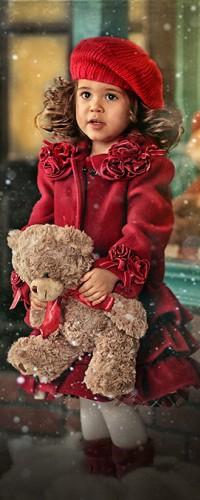 Аватар вконтакте Девочка с игрушечным мишкой в руках