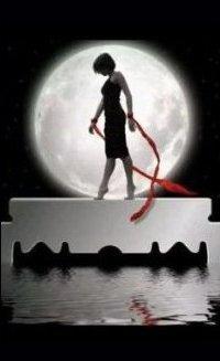 Аватар вконтакте Девушка стоит на лезвии на фоне полной луны