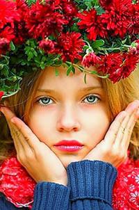 Аватар вконтакте Девушка с голубыми глазами и венком из красных цветов