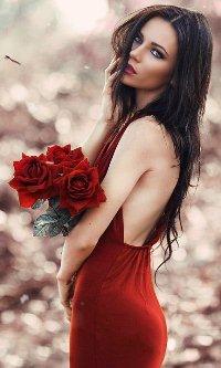 Аватар вконтакте Девушка в красном платье с тремя красными розами в руках, фотограф Alessandro Di Cicco