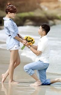Аватар вконтакте Парень дарит девушке цветы