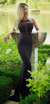 Блондинка в чёрном платье фото